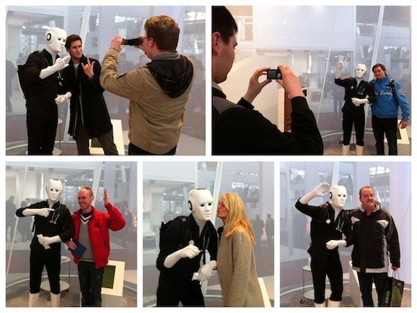 Cebit-2012-Roboter-Walk-Act-Interaktionen-mit-Besuchern