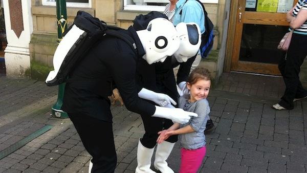 Walking Act Roboter mit Kind