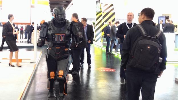 SPS Nürnberg Roboter Walkact im gang Weidmüller