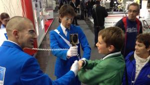 Walkact grosse Batterie VDMA auf HMI 2015 Hände schütteln übrer kreuz