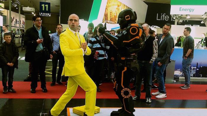 HMI Weidmüller U remote Messe Roboter Walkact seitlich