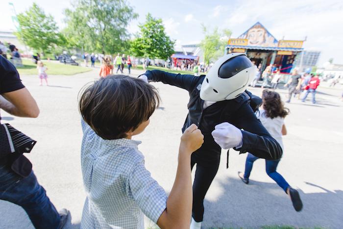 Roboter mit Kind Walkact Knorr Bremse 110JahrFeier