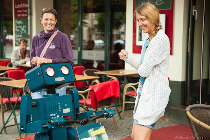 Roboter mieten Hugo mit zwei Frauen