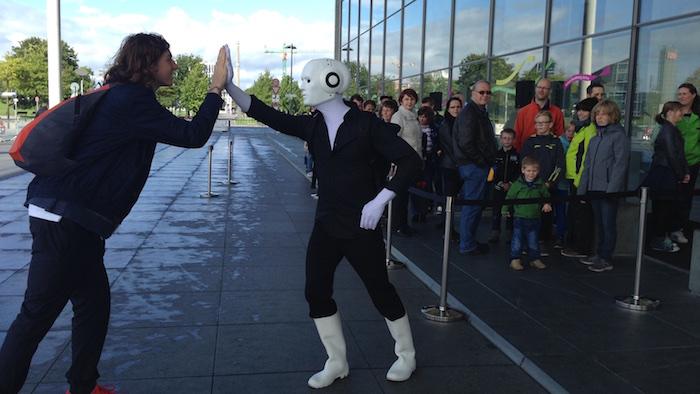 Tag der offenen Tür Künstler Bundestag High five Warteschlange Roboter