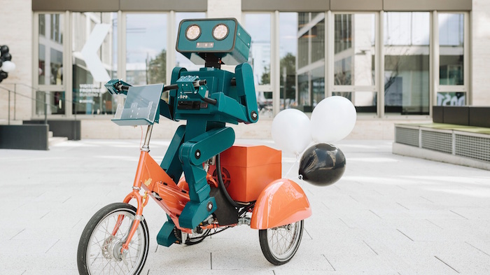 mobile first day zalando berlin begruessung roboter walkact Hugo