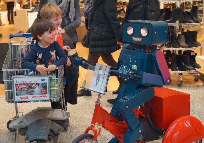 Hugo Roboter walkabout Dreirad rot Center Weserpark Bremen Einkaufswagen