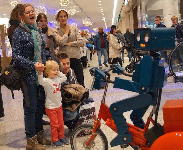 Roboter Dreirad rot Center Weserpark Bremen lachende Mutter
