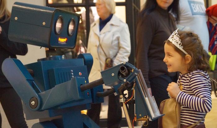 Roboter Dreirad rot Walking Act Center Weserpark Bremen Mädchen mit Krone