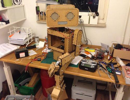 """Making of """"Hugo"""": Ferngesteuerter Roboter auf seinem Fahrrad – Sieh den kompletten Entstehungsprozess"""
