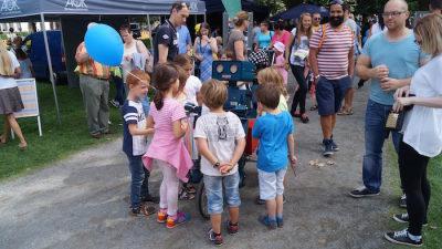 Aktion Sicherer Schulweg Verkehrssicherheit Hannover Hugo der sprechende Roboter hat jeder ein Prospekt