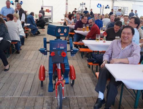 Die besten Bilder von Hugo, der sprechende Roboter auf seinem Dreirad