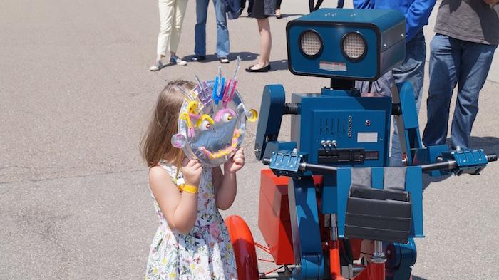 Mitarbeiterfest Firmenfeier KUKA Künstler Roboter Kinde mit maske Hugo1