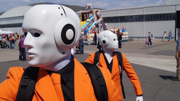Mitarbeiterfest Firmenfeier KUKA Künstler Roboter Maschinenmenschen organge rechts links