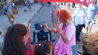 Idee Mitarbeiterfest sprechender Roboter Hugo auf Fahrrad Clown rote nase