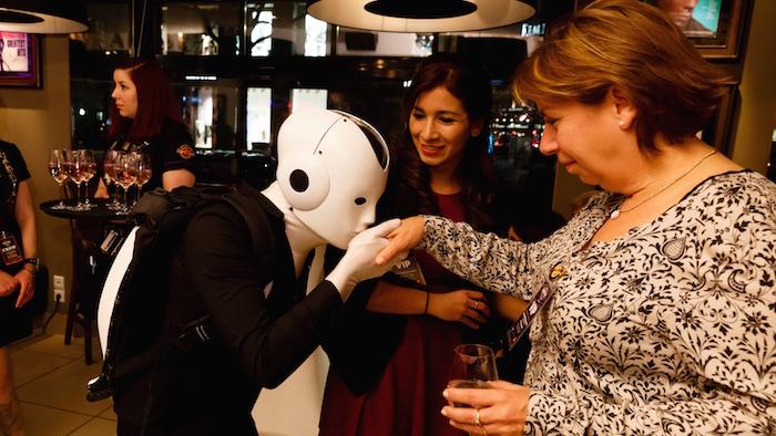 Maschinenmenschen Roboter Hard Rock cafe Berlin ITB Party Handkuss