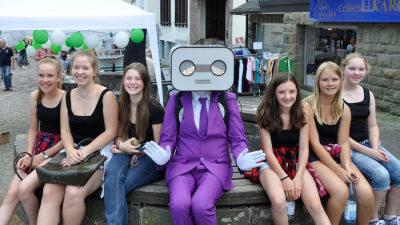 sprechender Roboter Act Steve Machine in Brilon pinker Anzug mit 6 Mädels