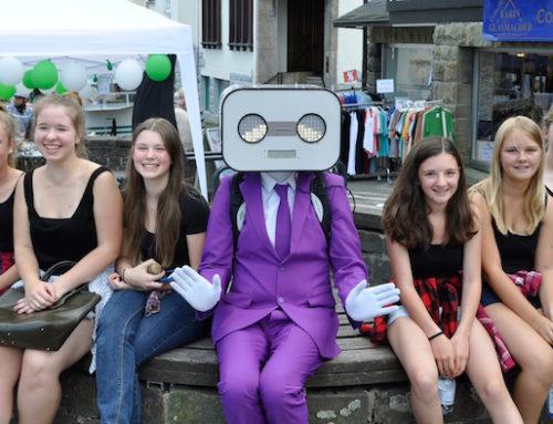 "Altstadtfest in Brilon: Unterwegs mit dem sprechenden Roboter Walkact ""Steve Machine"""