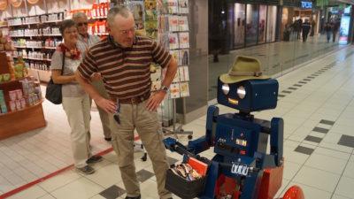 Künstler Verkaufsoffener Sonntag VOS Hugo sprechender Roboter auf Fahrrad hat hut auf