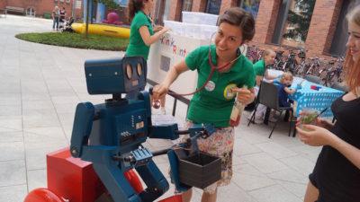 Mitarbeiterfest Charite Berlin Hugo der sprechende Roboter mit Fahrrad doktorspiele Stetoskop
