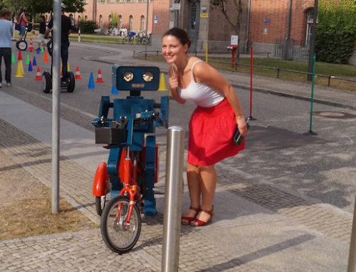 Künstler Idee in Berlin: Hugo der sprechende Roboter zum Charité Mitarbeiterfest
