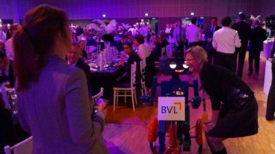 Roboter Hugo Künstler Kongress BVL Gala Berlin ins Ohr flüstern