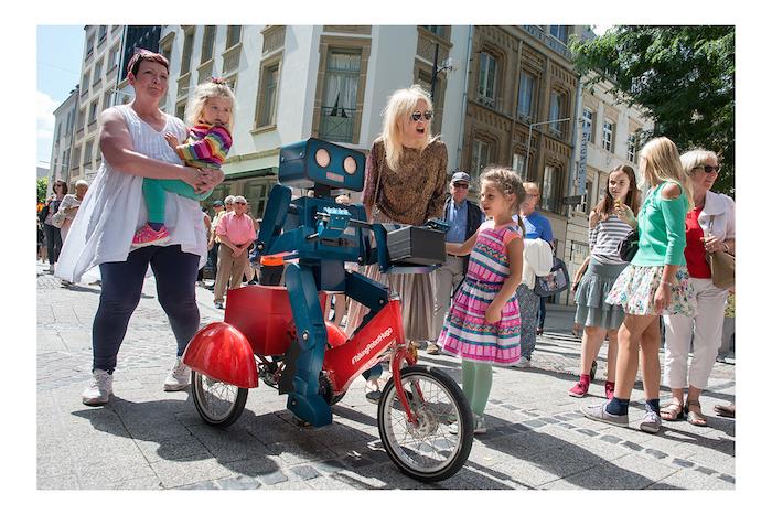 Sraßenheater Festival Luxembourg streetanimation hugo der roboter mit gästen