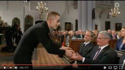 Pantomime übergibt die Bibel and Bundespräsident Gauck 2