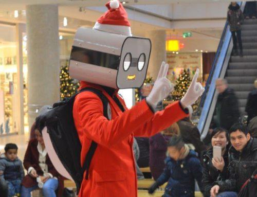 Roboter Weihnachtsmann in Einkaufspassage und Shopping-Center Lindencenter Berlin