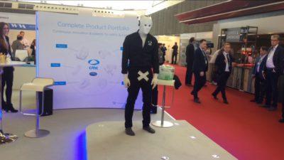 Roboter Maschinenmensch kreuz im Schritt