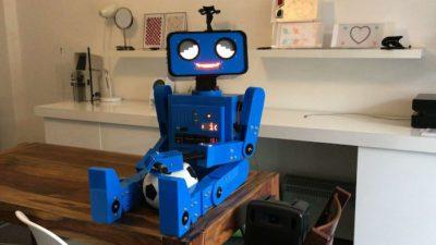 Hugo 2 der sprechende roboter sitzt auf dem Tisch 700