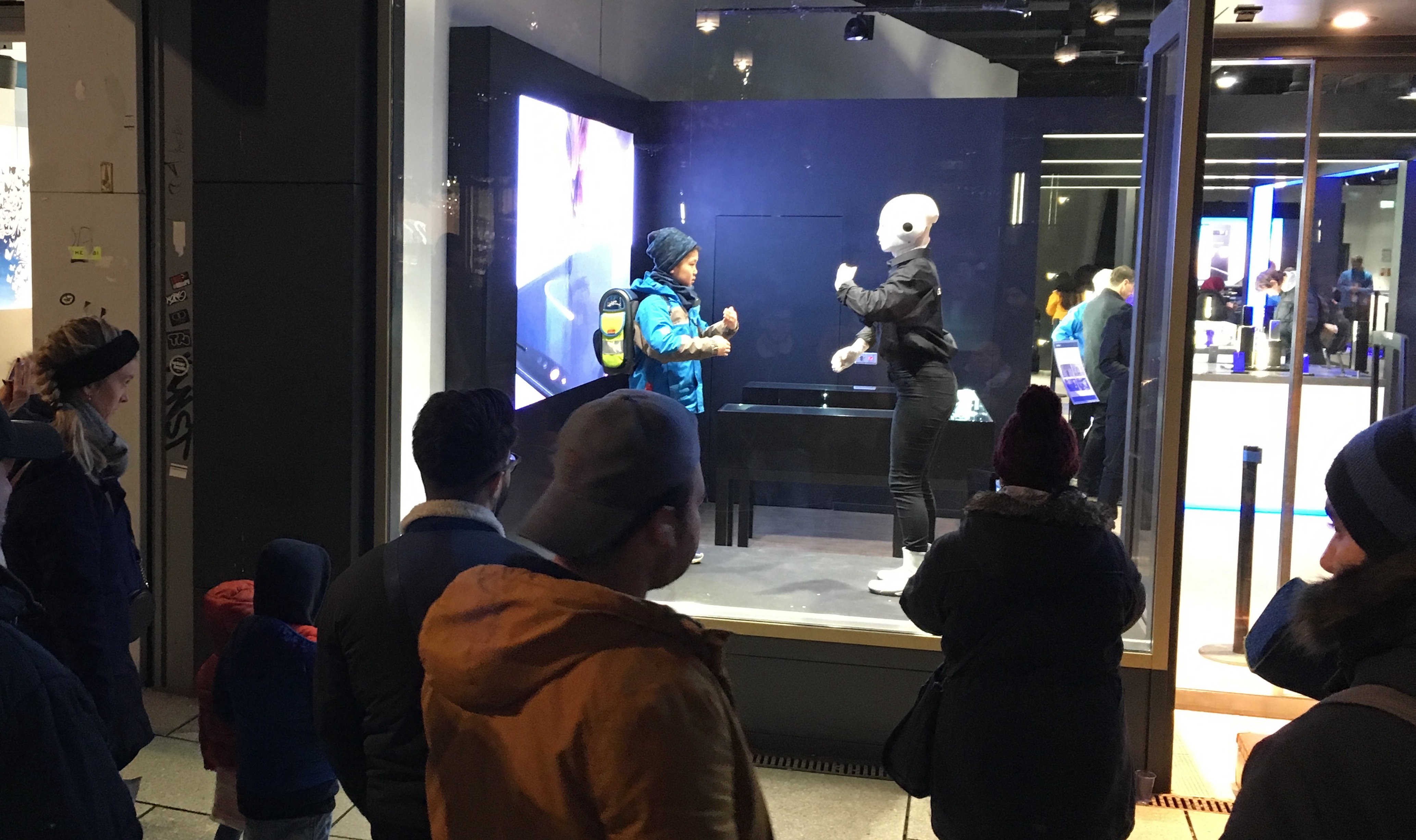 humanoider Roboter Maschinenmensch Samsung Schaufenster weit