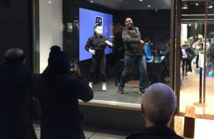 humanoider Roboter Maschinenmensch Samsung Shopping window