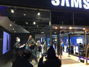 humanoider Roboter Maschinenmensch Samsung Shopping window hat
