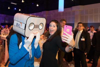 sprechender Roboter event Steve Machine selfie dame