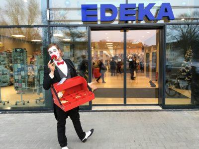 Pantomime Supermarkt Eröffnung Edeka Bauchladen