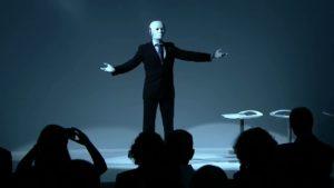 humanoid robot talks on stage costume maschinenmensch
