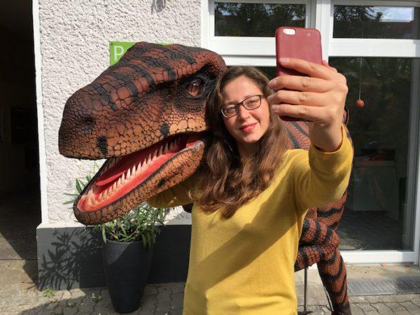 selfie mit dinosaurier Kostüm